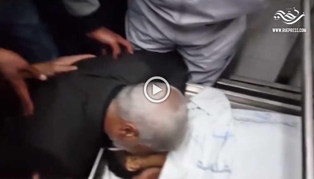 """شاهد والد أول شهيد فلسطيني في """"انتفاضة الغضب"""" يقبل جثة نجله"""