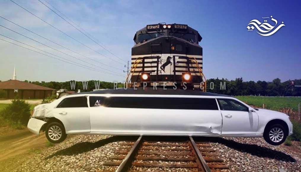 قطار يصدم سيارة ليموزين فاخرة بعد أن علقت في السكة الحديدية